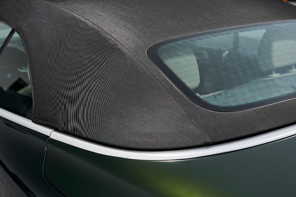 Мягкий верх включает в себя заднее стекло, устанавливаемое заподлицо, несколько слоев изоляции и тканевую крышку