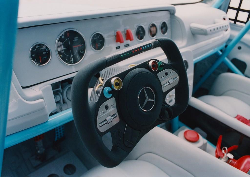Гелендвагену существенно занизили дорожный просвет, расширили колесные арки, установили широкий обвес и 25-дюймовые спортивные колеса Monoblock