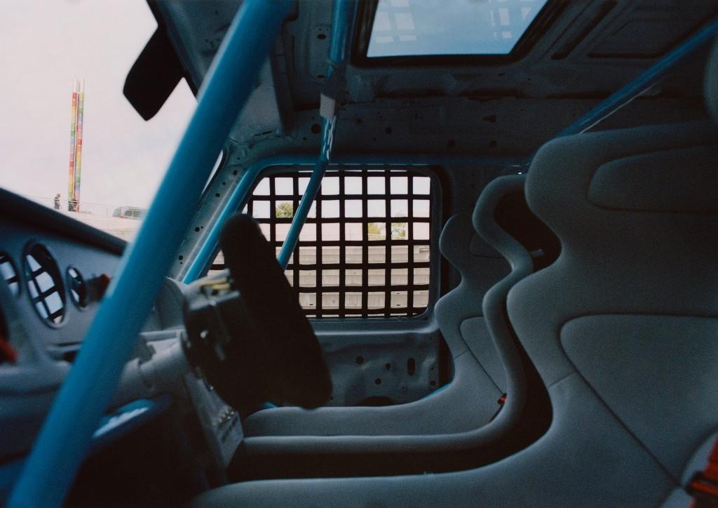 В салоне появился руль в стиле Формулы-1, спортивные сиденья с пятиточечными ремнями безопасности и каркас безопасности