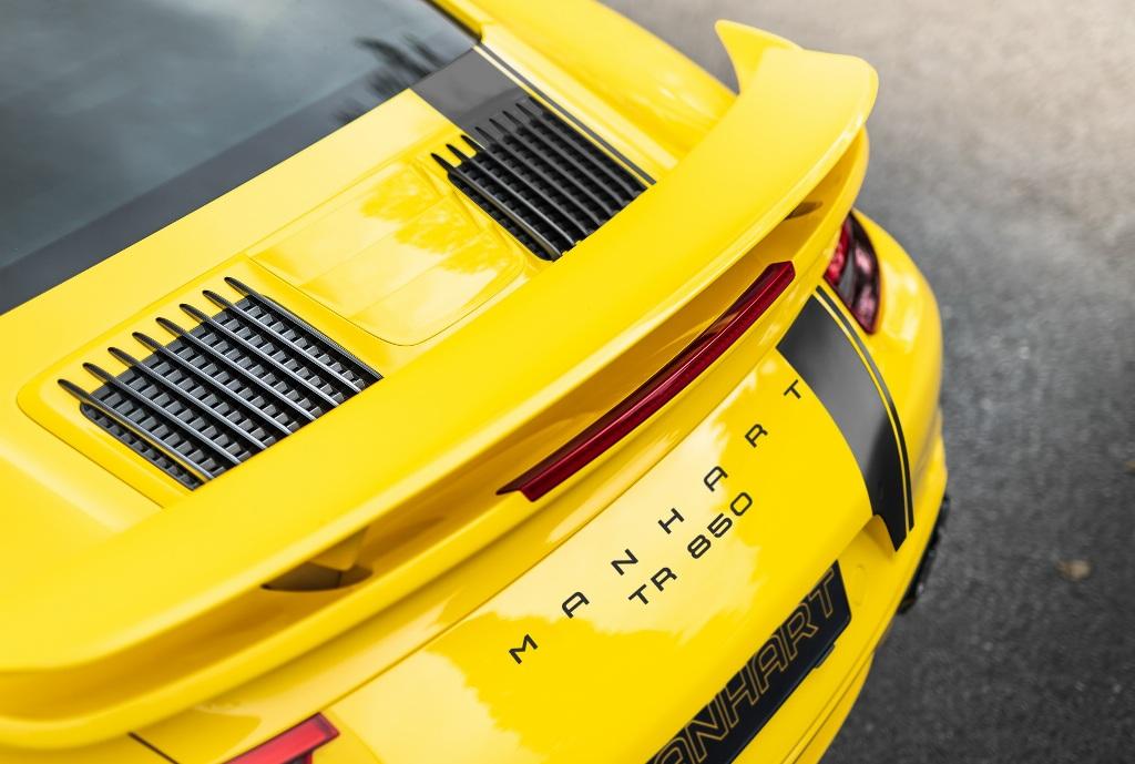 Опознать модернизированный спорткар можно по специальным значкам и шильдикам