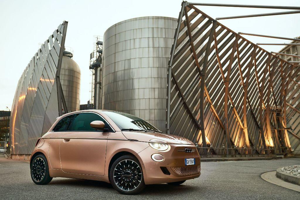 Главной особенностью Fiat 500 3+1 является появление небольшой задней двери со стороны пассажира
