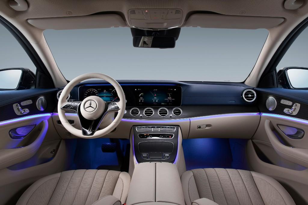 В салоне авто появилась цифровая приборная панель с 12,3-дюймовым экраном, новая мультимединая система с аналогичным дисплеем, иной руль