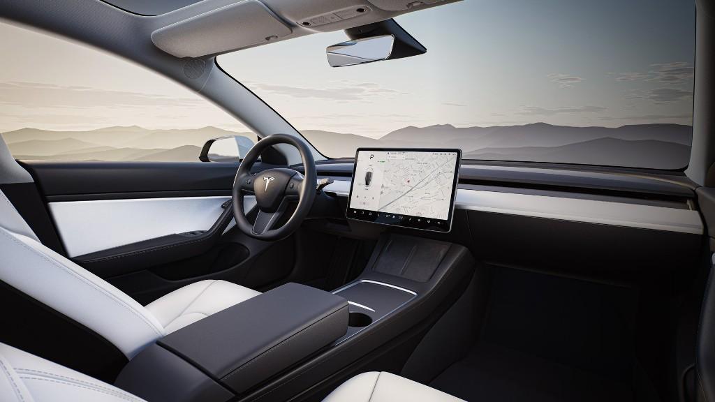 К функционалу добавлен подогрев рулевого колеса, электропривод крышки багажника, автоматическое затемнение зеркал и тепловой насос