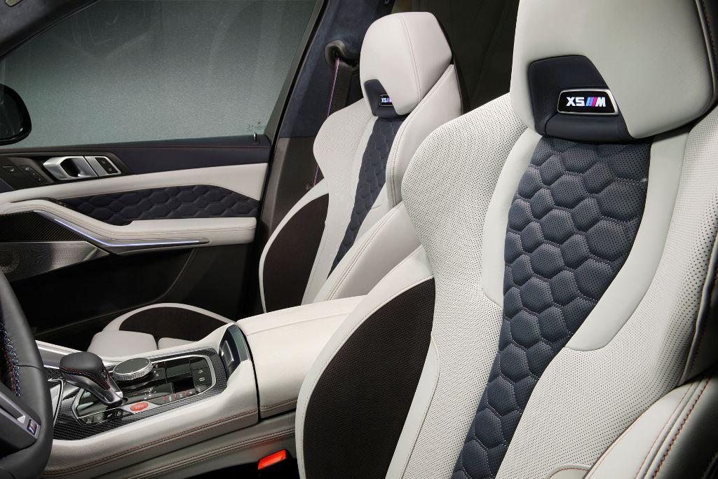 Салон моделей в модификации First Edition отделан высококлассной кожей Individual Merino в эксклюзивных оттенках Silverstone и Midnight Blue