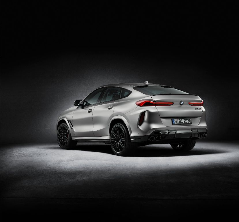Также BMW оснастила авто множеством деталей из углеродного волокна