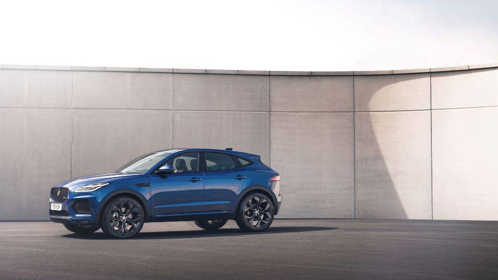 Обновленный Jaguar E-Pace отличается переработанной решеткой радиатора и новыми светодиодными фарами с ДХО «Double J»
