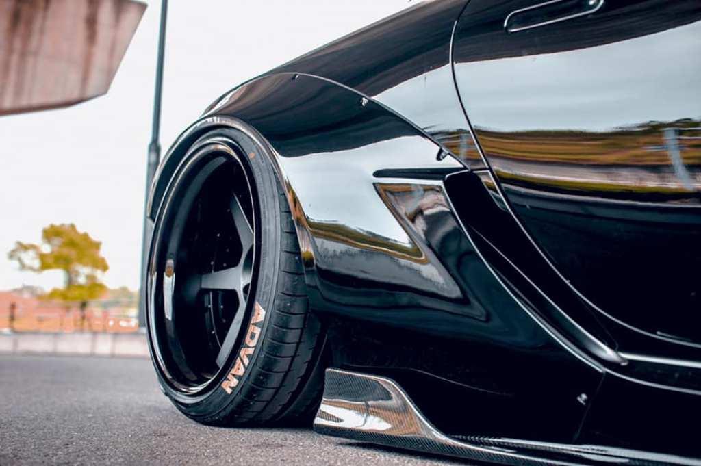 Также авто получило четырехгранные патрубки выхлопной системы из титана и уникальные матовые черные колесные диски с шестью спицами