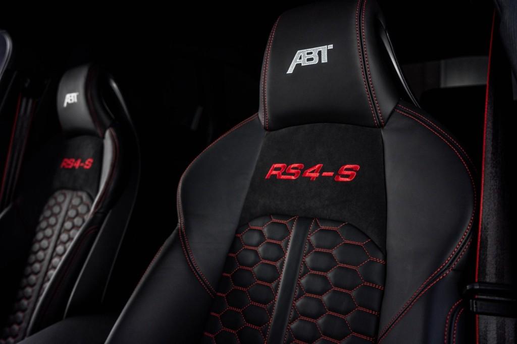 Сидения отделаны кожей и алькантарой, а на их подголовниках вышиты ABT и RS4-S