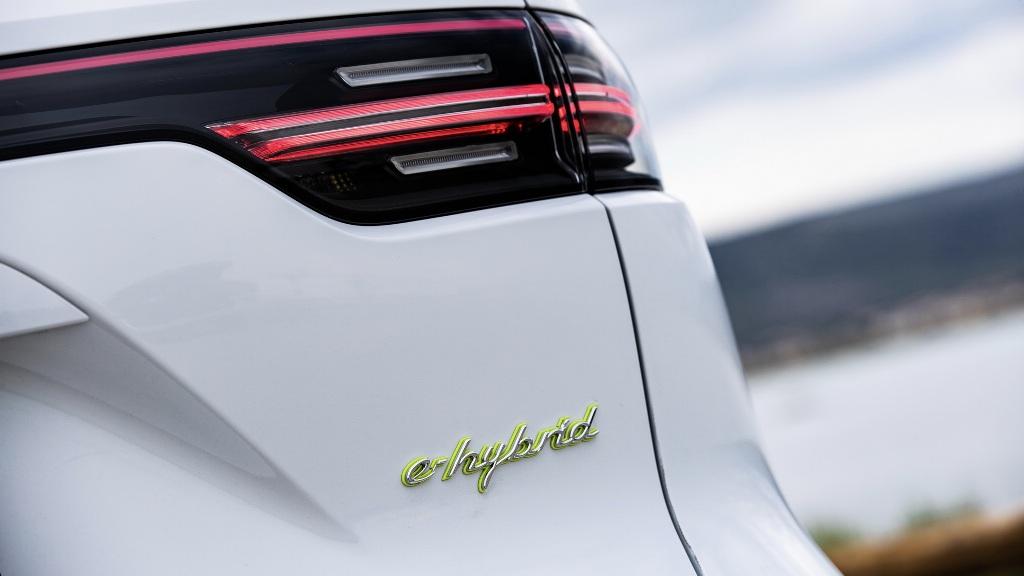 Вместо старой батареи емкостью в 14,1 кВтч, бензоэлектрическая версия кроссовера получила высоковольтный аккумулятор на 17,9 кВтч