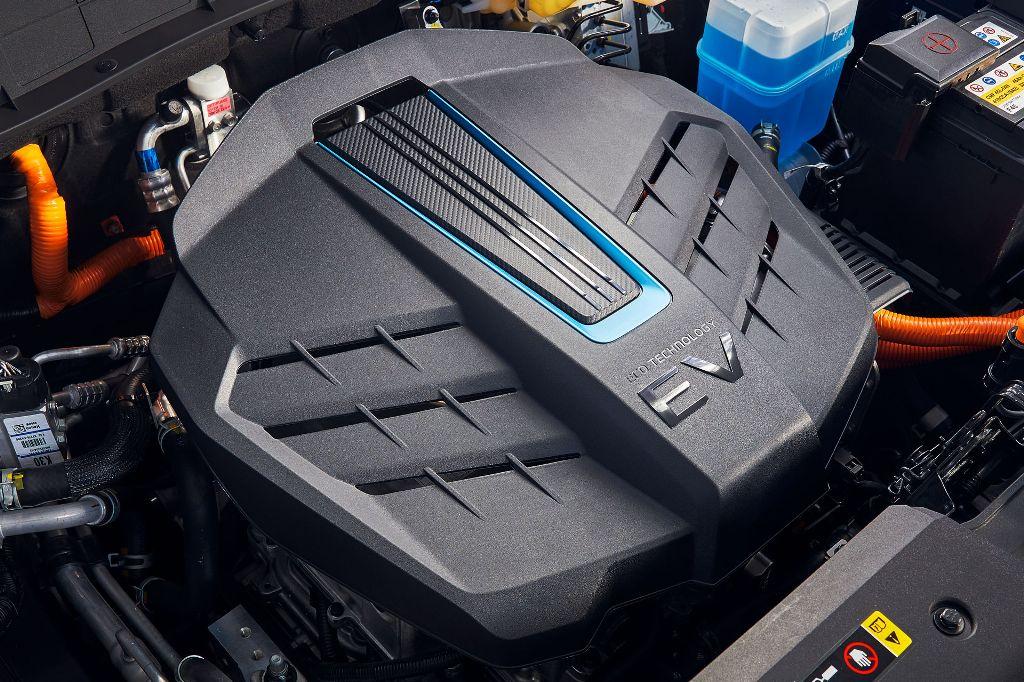 В движение Hyundai Kona Electric приводит одномоторная силовая установка мощностью 201 л.с. и 395 Нм крутящего момента