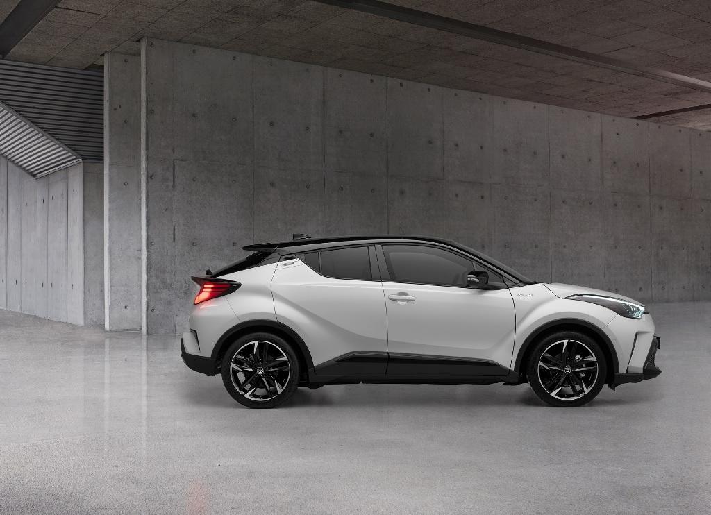 Toyota C-HR GR Sport получил затемненную решетку радиатора, светодиодные фары и более агрессивный передний сплиттер