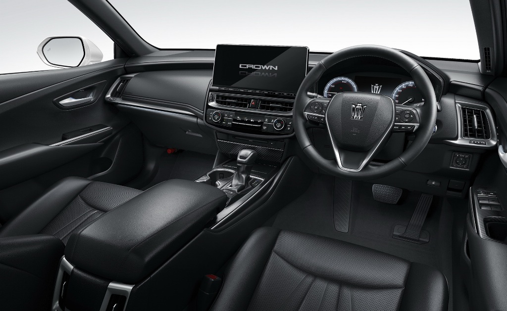 В оснащение салона входит цифровая приборная панель, мультимедийная система с 12,3-дюймовым краном и последняя версиясистемы Toyota Safety Sense