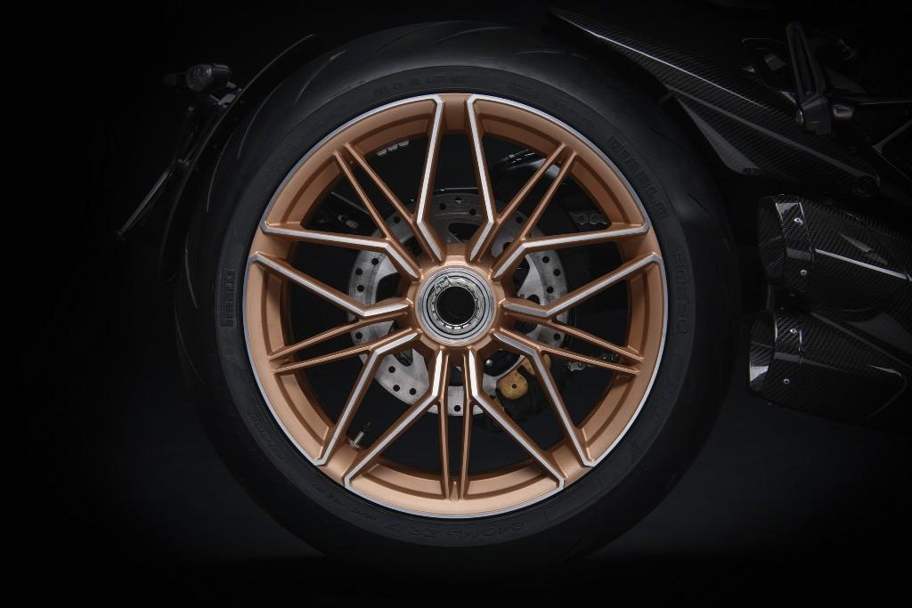 Также байк получил17-дюймовые кованые диски бронзового цвета и цифры «63» на кузове