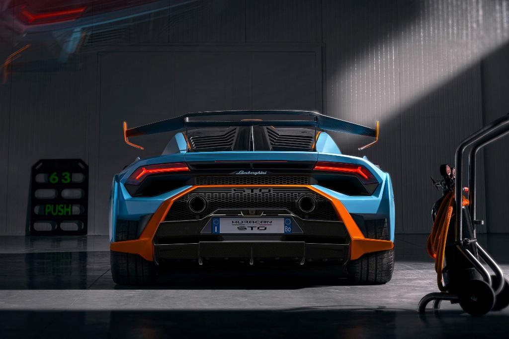 Суперкар оснащен 5,2-литровым двигателем V10 без наддува мощностью 640 л.с. и 565 Нм крутящего момента