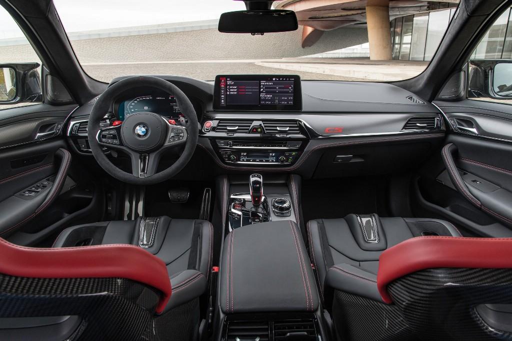 Автомобиль оснащен двумя 12,3-дюймовыми дисплеями, четырехзонным климат-контролем, аудиосистемой Harman Kardon