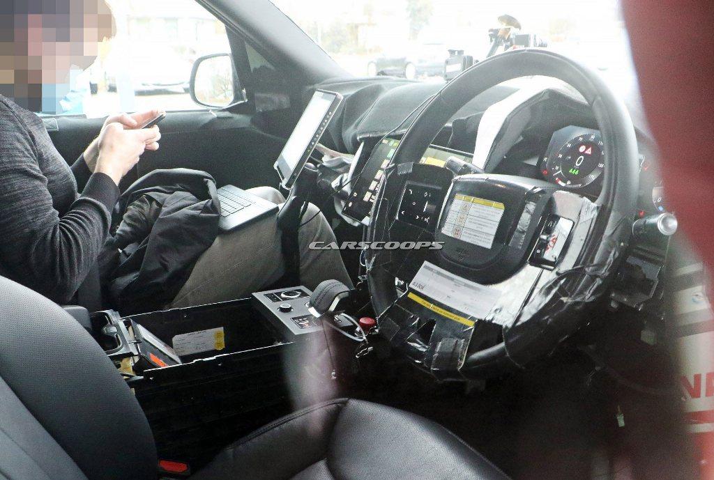 Модель обзаведется новым рулевым колесом, обтянутым кожей, на котором помимо физических кнопок присутствуют и сенсорные элементы