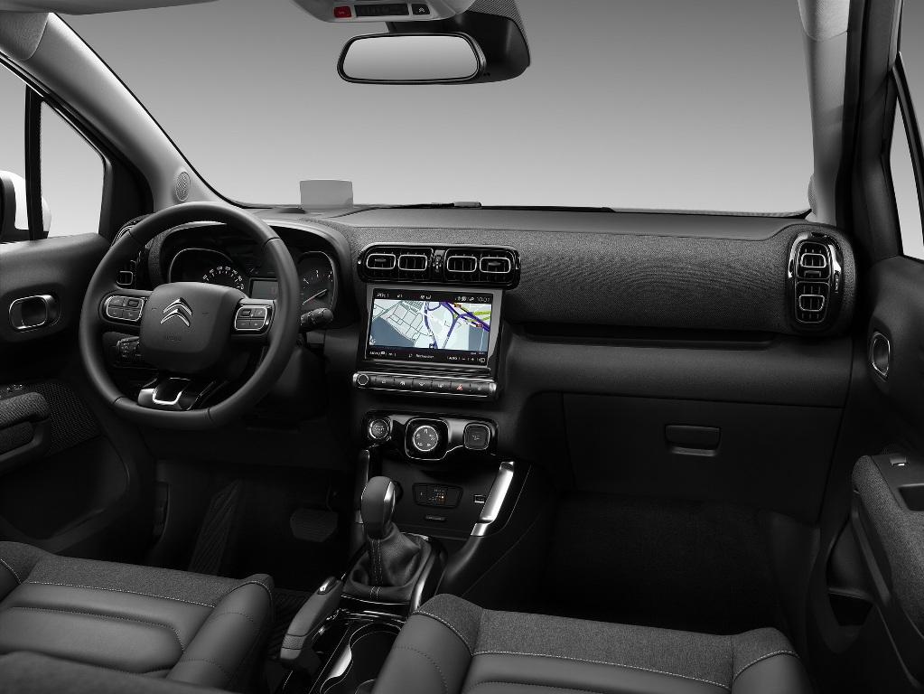 В оснащение вошла мультимедийная система с 9-дюймовым экраном и поддержкой Android Auto и Apple CarPlay