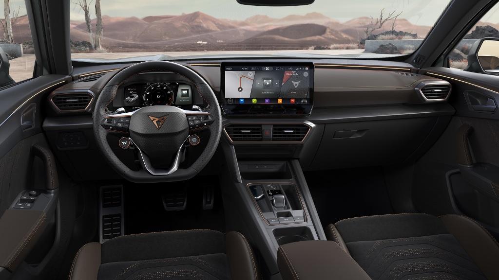 В оснащение салона вошла мультимедийная система с 12-дюймовым экраном и поддержкой Apple CarPlay и Android Auto