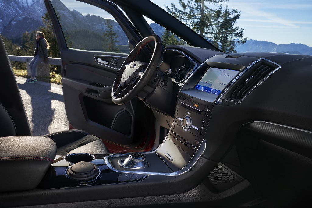 В оснащение минивэнов вошла новая 10-дюймовая цифровая приборная панель, стандартный модем FordPass Connect и система навигации