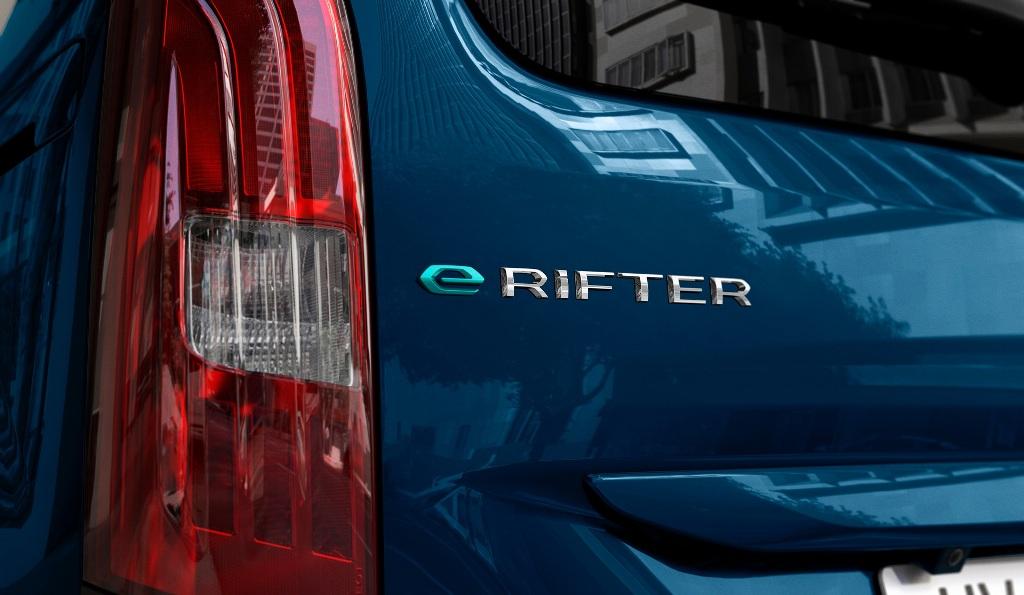 e-Rifter можно отличить от топливной версии только по логотипу на корме и наличию лючка порта зарядки