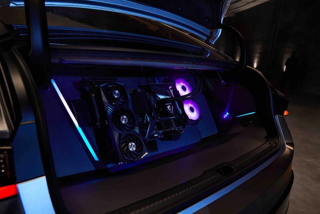 Мощный игровой компьютер с процессором AMD и видеокартой MSI Gaming GeForce разместились в багажнике