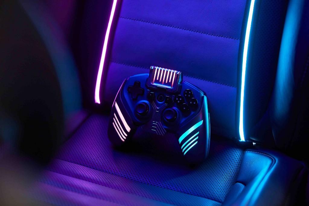 В авто затемнили все стекла, чтобы свет не мешал игре, и установили RGB-лазеры и дымогенератор