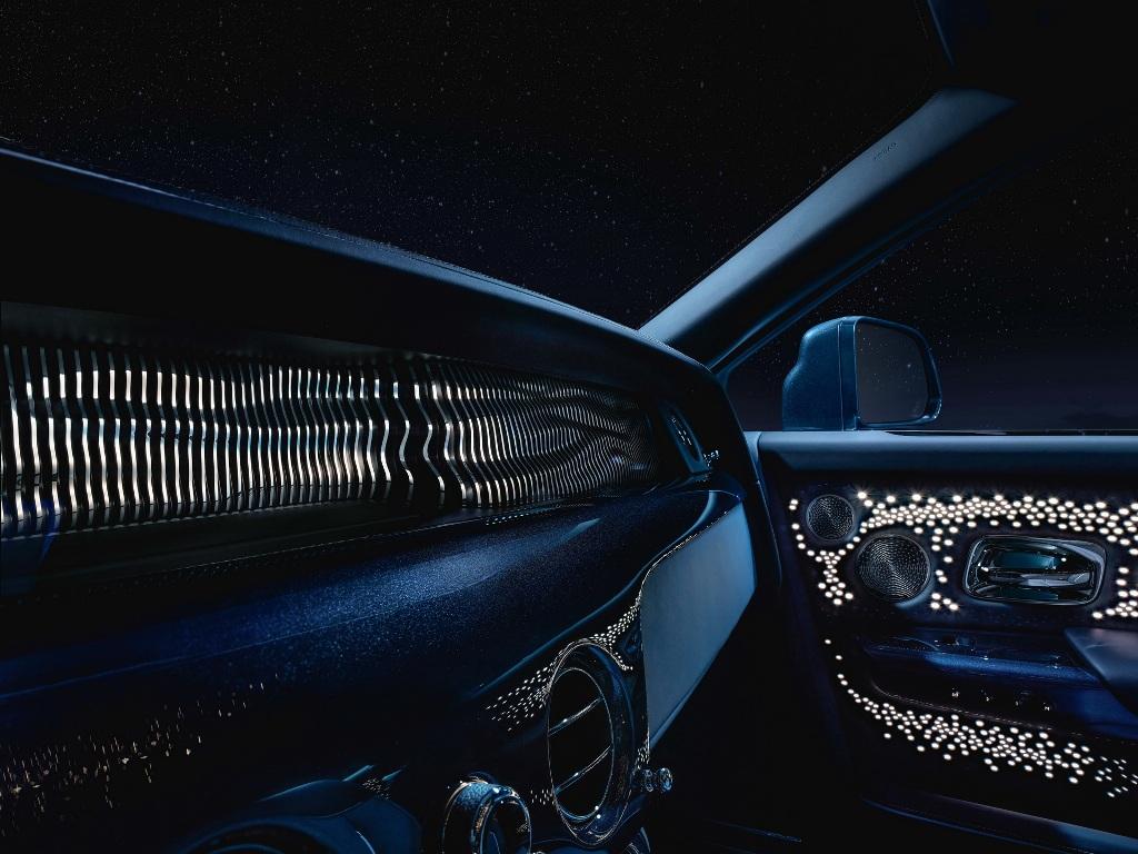 на передней панели появилась стильная композиция из цельного листа алюминия, включающая 100 колонн индивидуальной формы