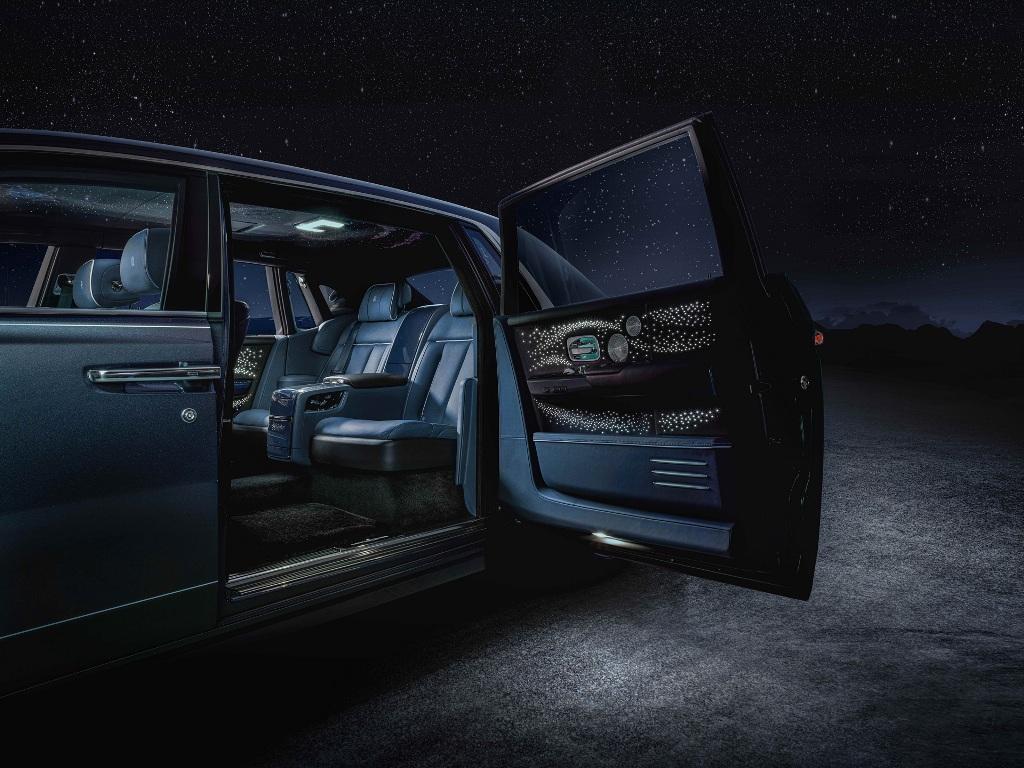 Кузов Rolls Royce Phantom Tempus окрасили в специальный оттенок Kairos Blue, который включает в себя хлопья голубой слюды