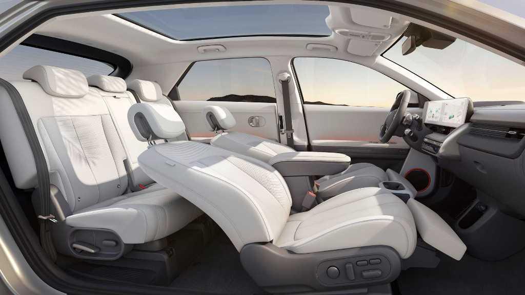Передние сиденья регулируются с помощью электроники и могут наклоняться под оптимальным углом
