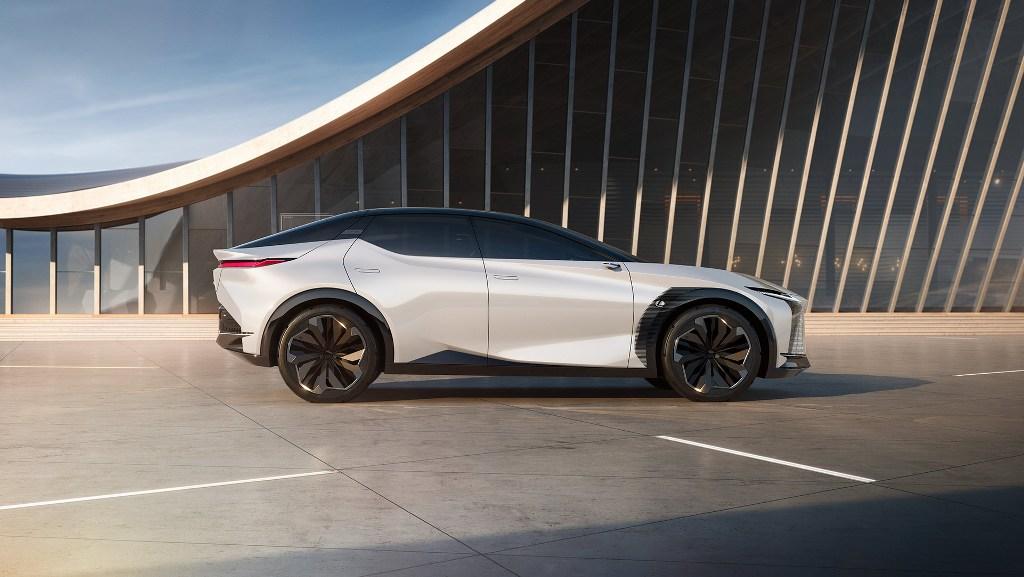 Электрокар напоминает купе-кроссовер и получил стандартные двери, фирменную решетку радиатора, тонкую изящную оптику