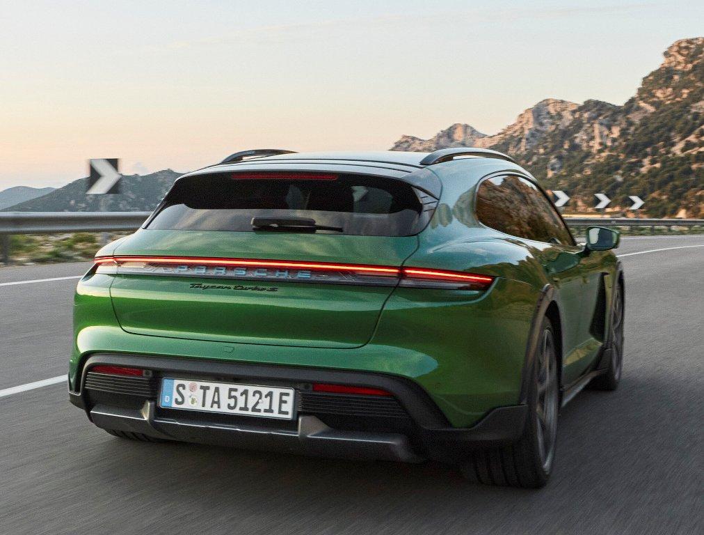 У модели увеличенный на 20 мм дорожный просвет, а с пакетом Off-Road Design он и вовсе вырастет на 30 мм