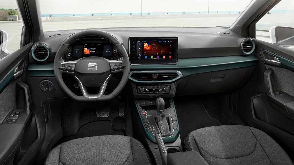 В салоне Arona установлено новое рулевое колесо, 10,25-дюймовая цифровая приборная панель и мультимедийная система с экраном в 8,25 дюйма
