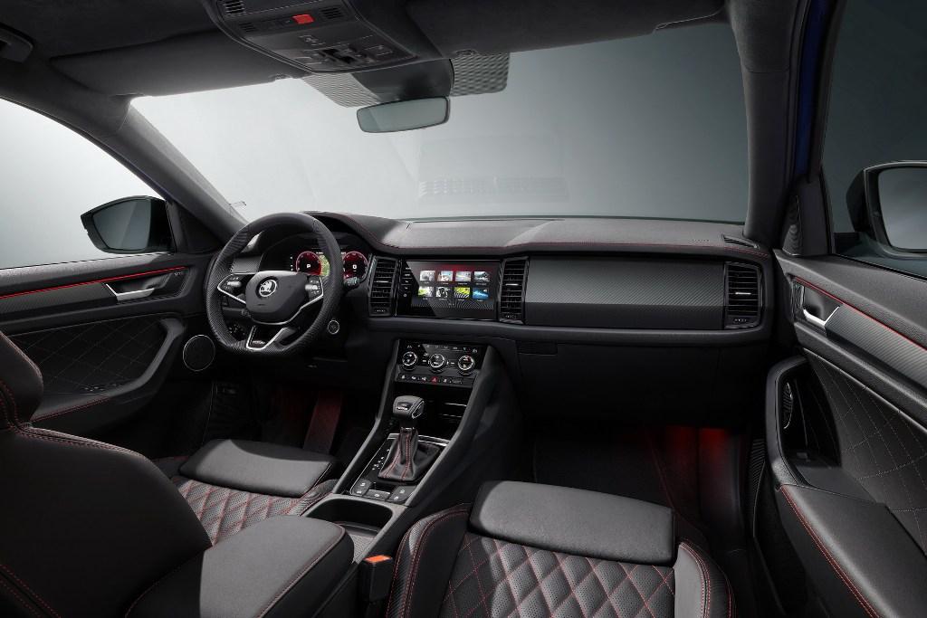 В салоне версии RS установлены передние спортивные сидения со встроенными подголовниками и боковой поддержкой