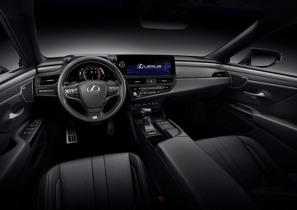 В салоне авто установлена цифровая приборная панель и мультимедийная система с 8-дюймовым экраном, который немного повернут в сторону водителя