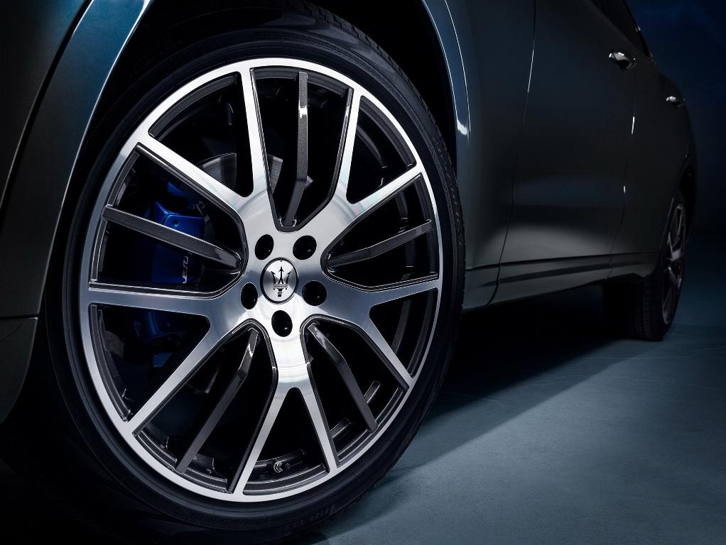 В синем цвете цвете выполнены боковые воздуховоды, эмблема Maserati на задней стойке и тормозные суппорты