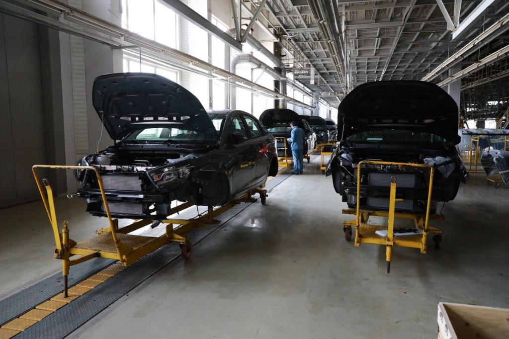 в апреле этого года предприятие выпустило 472 легковых автомобиля