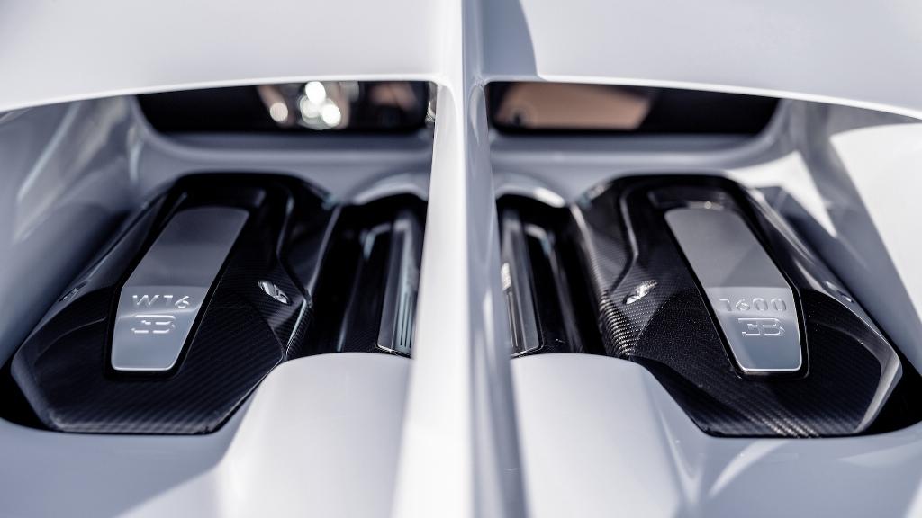 В движение Chiron Super Sport 8,0-литровый четырехцилиндрового двигателя W16 мощностью 1600 л.с.