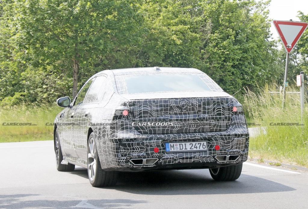 BMW 7-й серии получит укороченный капот, установленные ниже фары и увеличенную решетку радиатора