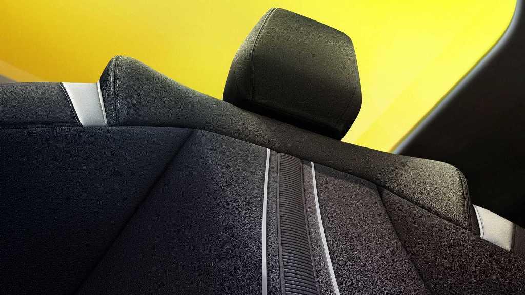 Отделка сидений выполнена из прочного текстиля