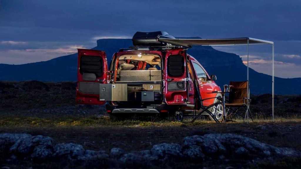 в автомобиле двуспальную кровать, небольшую кухню с плитой, раковиной и ящиками для посуды