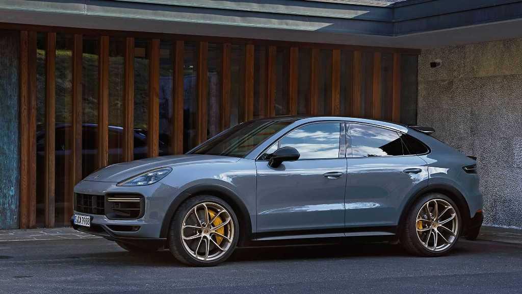 Выгодно подчеркивают стильный экстерьер кроссовера 22-дюймовые колеса, обутые в шины Pirelli P Zero Corsa
