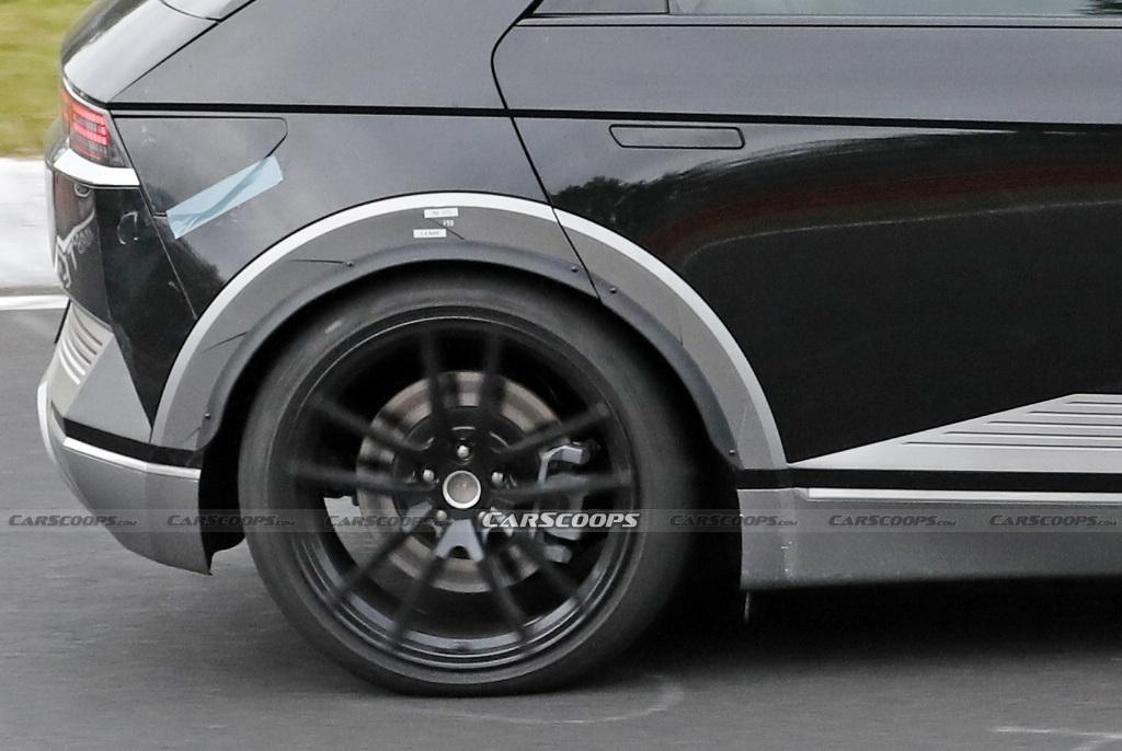 Ездит электрокар на более крупных колесах, обутых в низкопрофильные шины Pirelli P Zero