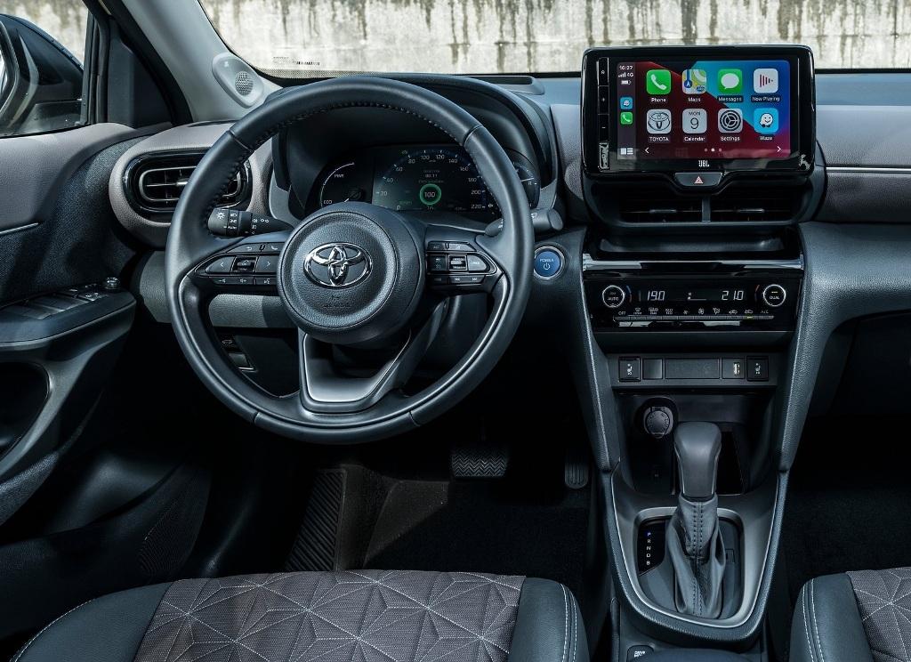У кроссовера такое же рулевое колесо, переключатели и экран мультимедии